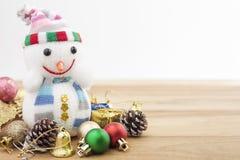 τα Χριστούγεννα διακοσμούν τις φρέσκες βασικές ιδέες διακοσμήσεων Διακόσμηση διακοπών στο ξύλινο υπόβαθρο Στοκ Φωτογραφίες