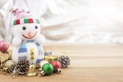 τα Χριστούγεννα διακοσμούν τις φρέσκες βασικές ιδέες διακοσμήσεων Διακόσμηση διακοπών στο ξύλινο υπόβαθρο στοκ φωτογραφία με δικαίωμα ελεύθερης χρήσης