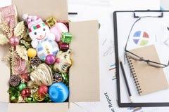 τα Χριστούγεννα διακοσμούν τις φρέσκες βασικές ιδέες διακοσμήσεων Διακόσμηση διακοπών στο κιβώτιο στο γραφείο Businesm στοκ φωτογραφία με δικαίωμα ελεύθερης χρήσης