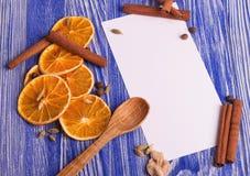 τα Χριστούγεννα διακοσμούν τις φρέσκες βασικές ιδέες διακοσμήσεων Κενό για τις συνταγές με τις ξηρά πορτοκαλιά φέτες, την κανέλα  Στοκ Εικόνες