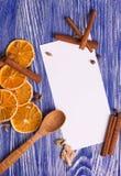 τα Χριστούγεννα διακοσμούν τις φρέσκες βασικές ιδέες διακοσμήσεων Κενό για τις συνταγές με τις ξηρά πορτοκαλιά φέτες, την κανέλα  Στοκ Φωτογραφίες