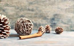 τα Χριστούγεννα διακοσμούν τις φρέσκες βασικές ιδέες διακοσμήσεων στενός κόκκινος χρόνος Χριστουγέννων ανασκόπησης επάνω στοκ φωτογραφία με δικαίωμα ελεύθερης χρήσης