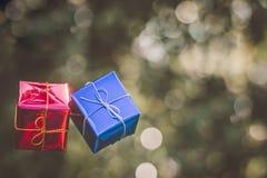Τα Χριστούγεννα διακοσμούν το κιβώτιο δώρων με το υπόβαθρο φύσης bokeh Στοκ Φωτογραφίες