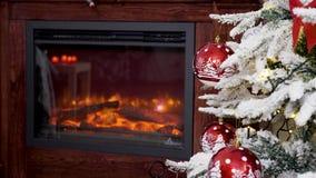Τα Χριστούγεννα διακόσμησαν τις κόκκινες σφαίρες γυαλιού σε ένα δέντρο φιλμ μικρού μήκους