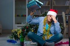 Τα Χριστούγεννα εορτασμού ατόμων στο σπίτι μόνο Στοκ Φωτογραφία