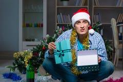 Τα Χριστούγεννα εορτασμού ατόμων στο σπίτι μόνο Στοκ εικόνα με δικαίωμα ελεύθερης χρήσης