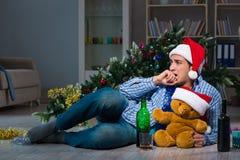 Τα Χριστούγεννα εορτασμού ατόμων στο σπίτι μόνο Στοκ Εικόνα