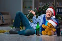 Τα Χριστούγεννα εορτασμού ατόμων στο σπίτι μόνο Στοκ φωτογραφίες με δικαίωμα ελεύθερης χρήσης