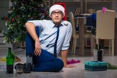 Τα Χριστούγεννα εορτασμού επιχειρηματιών στο σπίτι μόνο Στοκ φωτογραφία με δικαίωμα ελεύθερης χρήσης