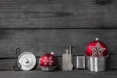 τα Χριστούγεννα διακοσμούν τις φρέσκες βασικές ιδέες γευμάτων Ξύλινο γκρίζο υπόβαθρο με τη διακόσμηση παλαιού Στοκ Εικόνες