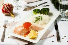 τα Χριστούγεννα διακοσμούν τις φρέσκες βασικές ιδέες γευμάτων Σολομός με το ρύζι Στοκ Εικόνα