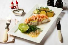 τα Χριστούγεννα διακοσμούν τις φρέσκες βασικές ιδέες γευμάτων Λαθραίος βακαλάος με τις γαρίδες και τις πατάτες Στοκ Εικόνα