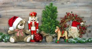 τα Χριστούγεννα διακοσμούν τις φρέσκες βασικές ιδέες διακοσμήσεων Τα παλαιά παιχνίδια Teddy αντέχουν και καρυοθραύστης Στοκ εικόνα με δικαίωμα ελεύθερης χρήσης