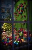 τα Χριστούγεννα διακοσμούν τις φρέσκες βασικές ιδέες διακοσμήσεων Το παράθυρο ανάβει τη νύχτα τις διακοσμήσεις Στοκ εικόνες με δικαίωμα ελεύθερης χρήσης