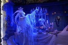 τα Χριστούγεννα διακοσμούν τις φρέσκες βασικές ιδέες διακοσμήσεων Παράθυρο νύχτας στη Πέμπτη Λεωφόρος Στοκ Φωτογραφίες