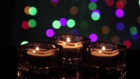 τα Χριστούγεννα διακοσμούν τις φρέσκες βασικές ιδέες διακοσμήσεων Καίγοντας κεριά να αναβοσβήσει στο υπόβαθρο φω'των απόθεμα βίντεο