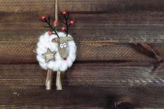 τα Χριστούγεννα διακοσμούν τις φρέσκες βασικές ιδέες διακοσμήσεων Χριστούγεννα ταράνδων στο ξύλινο υπόβαθρο Στοκ εικόνες με δικαίωμα ελεύθερης χρήσης