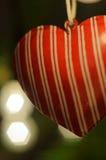τα Χριστούγεννα διακοσμούν τις φρέσκες βασικές ιδέες διακοσμήσεων Κόκκινη ένωση καρδιών στο χριστουγεννιάτικο δέντρο φω'τα Υπόβαθ Στοκ φωτογραφίες με δικαίωμα ελεύθερης χρήσης