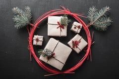 Τα Χριστούγεννα και η νέα κάρτα έτους με πολλά δώρα για τις χειμερινές διακοπές σε ένα κόκκινο περιβάλλουν, όταν είστε έτοιμοι γι Στοκ Εικόνα
