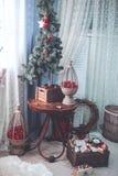 Τα Χριστούγεννα και το νέο έτος διακόσμησαν το εσωτερικό δωμάτιο με παρουσιάζουν και Στοκ φωτογραφία με δικαίωμα ελεύθερης χρήσης