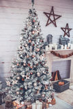 Τα Χριστούγεννα και το νέο έτος διακόσμησαν το εσωτερικό δωμάτιο με παρουσιάζουν και Στοκ φωτογραφίες με δικαίωμα ελεύθερης χρήσης