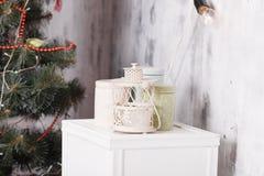 Τα Χριστούγεννα και το νέο έτος διακόσμησαν το εσωτερικό δωμάτιο με παρουσιάζουν και νέο δέντρο έτους Στοκ Φωτογραφία