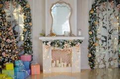 Τα Χριστούγεννα και το νέο έτος διακόσμησαν το εσωτερικό δωμάτιο Στοκ Εικόνα