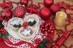 Τα Χριστούγεννα κομματιάζουν τις πίτες και τις διακοσμήσεις Στοκ φωτογραφία με δικαίωμα ελεύθερης χρήσης