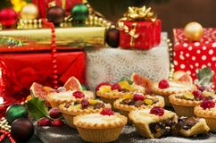Τα Χριστούγεννα κομματιάζουν τις πίτες και τα δώρα Στοκ φωτογραφία με δικαίωμα ελεύθερης χρήσης