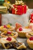 Τα Χριστούγεννα κομματιάζουν τις πίτες και τα δώρα Στοκ φωτογραφίες με δικαίωμα ελεύθερης χρήσης