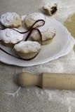 Τα Χριστούγεννα κομματιάζουν τις πίτες με την κόκκινη κορδέλλα Στοκ Φωτογραφία