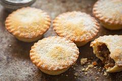Τα Χριστούγεννα κομματιάζουν τις πίτες με τη ζάχαρη τήξης Στοκ εικόνες με δικαίωμα ελεύθερης χρήσης