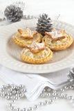 Τα Χριστούγεννα κομματιάζουν τις πίτες με τις ασημένιες διακοσμήσεις Στοκ εικόνα με δικαίωμα ελεύθερης χρήσης