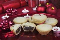 Τα Χριστούγεννα κομματιάζουν τις πίτες με τις κόκκινες διακοσμήσεις Στοκ φωτογραφίες με δικαίωμα ελεύθερης χρήσης