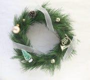 τα Χριστούγεννα κουδουνιών διακοσμούν το στεφάνι Στοκ Εικόνες