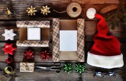 Τα Χριστούγεννα, νέο Ywar, δώρα, παρουσιάζουν προετοιμασία, Flatlay Τοπ όψη στοκ εικόνες