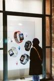 Τα Χριστούγεννα παρουσιάζουν παράθυρο της Apple Store με τις αφίσες για τα WI Στοκ Εικόνες