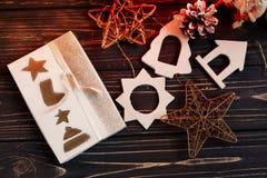 Τα Χριστούγεννα τύλιξαν το παρόν κιβώτιο και τα απλά παιχνίδια eco στο υπόβαθρο Στοκ εικόνες με δικαίωμα ελεύθερης χρήσης