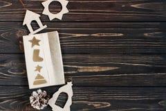 Τα Χριστούγεννα τύλιξαν το παρόν κιβώτιο και τα απλά παιχνίδια eco στο μοντέρνο bla Στοκ Φωτογραφίες