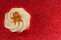 Τα Χριστούγεννα Cupcake στο κόκκινο ακτινοβολούν υπόβαθρο Στοκ φωτογραφία με δικαίωμα ελεύθερης χρήσης