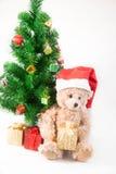 Τα Χριστούγεννα teddy αντέχουν κάτω από το χριστουγεννιάτικο δέντρο Στοκ Φωτογραφία