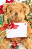 Τα Χριστούγεννα teddy αντέχουν με τα δώρα και την άσπρη διαστημική κάρτα Στοκ φωτογραφία με δικαίωμα ελεύθερης χρήσης