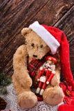 Τα Χριστούγεννα teddy αντέχουν με τον εκλεκτής ποιότητας καρυοθραύστης Στοκ Εικόνες
