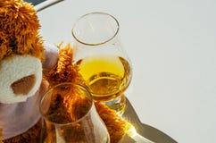 Τα Χριστούγεννα teddy αντέχουν με το ποτήρι του ενιαίου ουίσκυ βύνης, σύμβολο ο Στοκ εικόνα με δικαίωμα ελεύθερης χρήσης