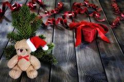 Τα Χριστούγεννα teddy αφορούν το ξύλινο υπόβαθρο Στοκ εικόνες με δικαίωμα ελεύθερης χρήσης
