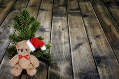 Τα Χριστούγεννα teddy αφορούν το ξύλινο υπόβαθρο Στοκ φωτογραφία με δικαίωμα ελεύθερης χρήσης