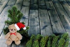 Τα Χριστούγεννα teddy αφορούν το ξύλινο υπόβαθρο Στοκ εικόνα με δικαίωμα ελεύθερης χρήσης