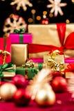 Τα Χριστούγεννα Unicolored παρουσιάζουν μεταξύ των μπιχλιμπιδιών και των αστεριών στοκ φωτογραφία