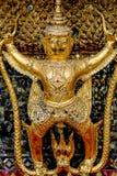 Τα χρυσά αγάλματα garuda στέκονται γύρω από την κύρια εκκλησία και το χέρι στο λ Στοκ εικόνες με δικαίωμα ελεύθερης χρήσης