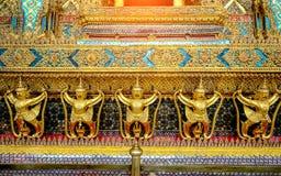 Τα χρυσά αγάλματα garuda στέκονται γύρω από την κύρια εκκλησία και το χέρι στο λ Στοκ Εικόνα